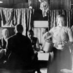 Kokka serverer kaffi i brakka ved Gravhalstunnelen (1898-1902)