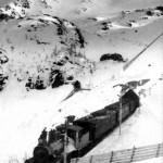 Damplokomotiv type 18b ved Reinunga tunnel, vokterbustaden i bakgrunn (1909-1915)