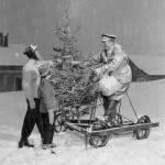 Baneformann Erik Vaale med juletre på dresin (1952-1954)