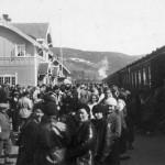 Gol stasjon med reisande og persontog (1939-1940)