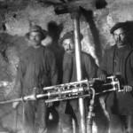 Anleggsarbeidere med støtboremaskin i Gravhalstunnelen (6. juli 1902)