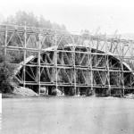 Anleggsarbeidarar på stillas i Gravhalstunnelen (1898-1902)