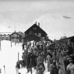 Påsketrafikk på Finse, utlessing av ski (1933)