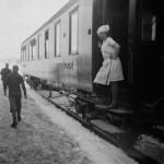 Kokka i spisevogna kikkar ut på Ustaoset stasjon (1929)